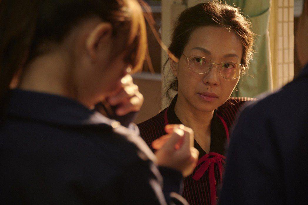萬芳在劇中飾演謹遵國家教育體制的老師,抽屜暗藏商場裡很多人的秘密。圖/公視、my...