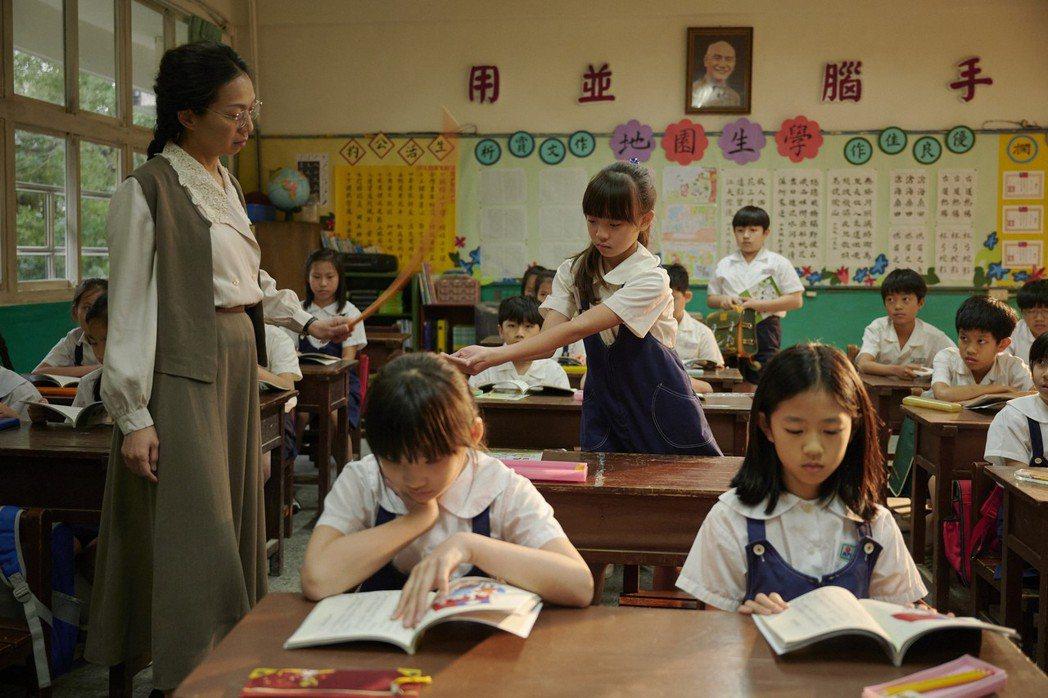 萬芳在「天橋上的魔術師」中飾演老師,課堂上處罰學生。圖/公視、myVideo提供