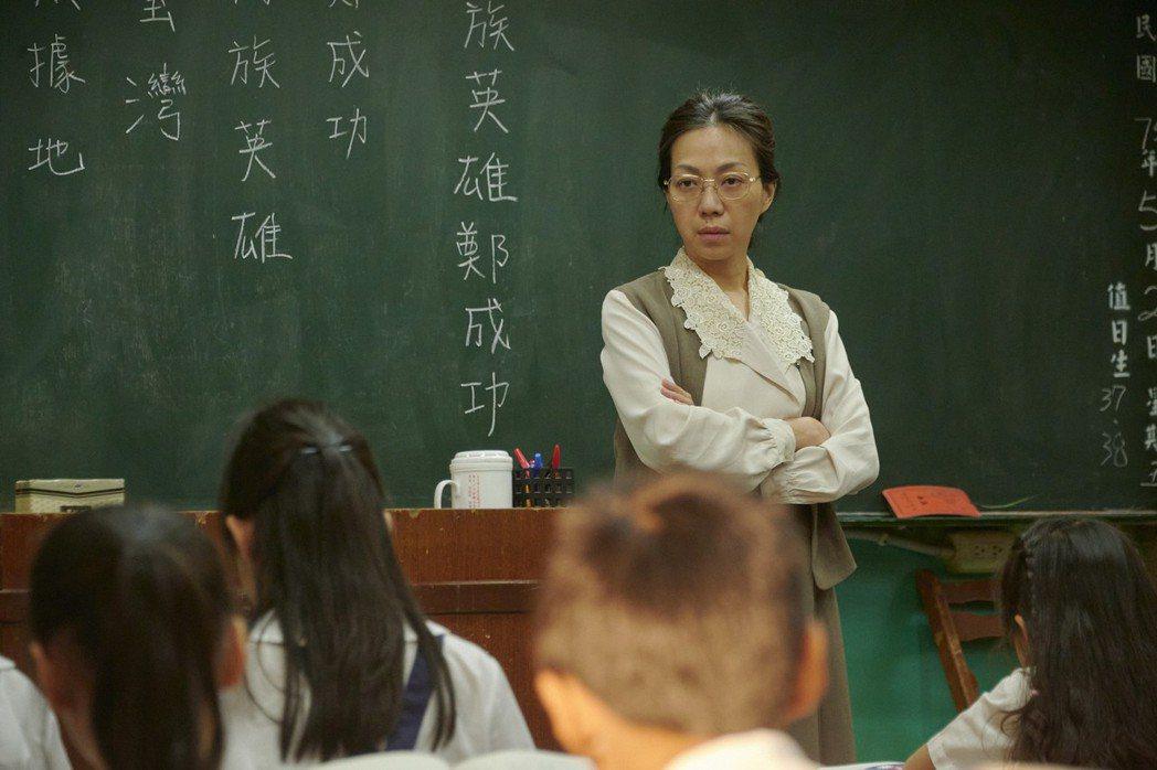 萬芳在「天橋上的魔術師」中扮演小學老師。圖/公視、myVideo提供