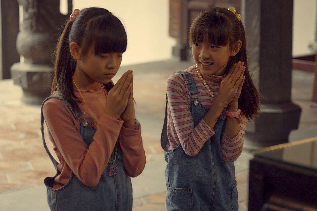 雙胞胎童星林潔宜、林潔宜在「天橋上的魔術師」演出在中華商場中開書局的大珮小珮姐妹...