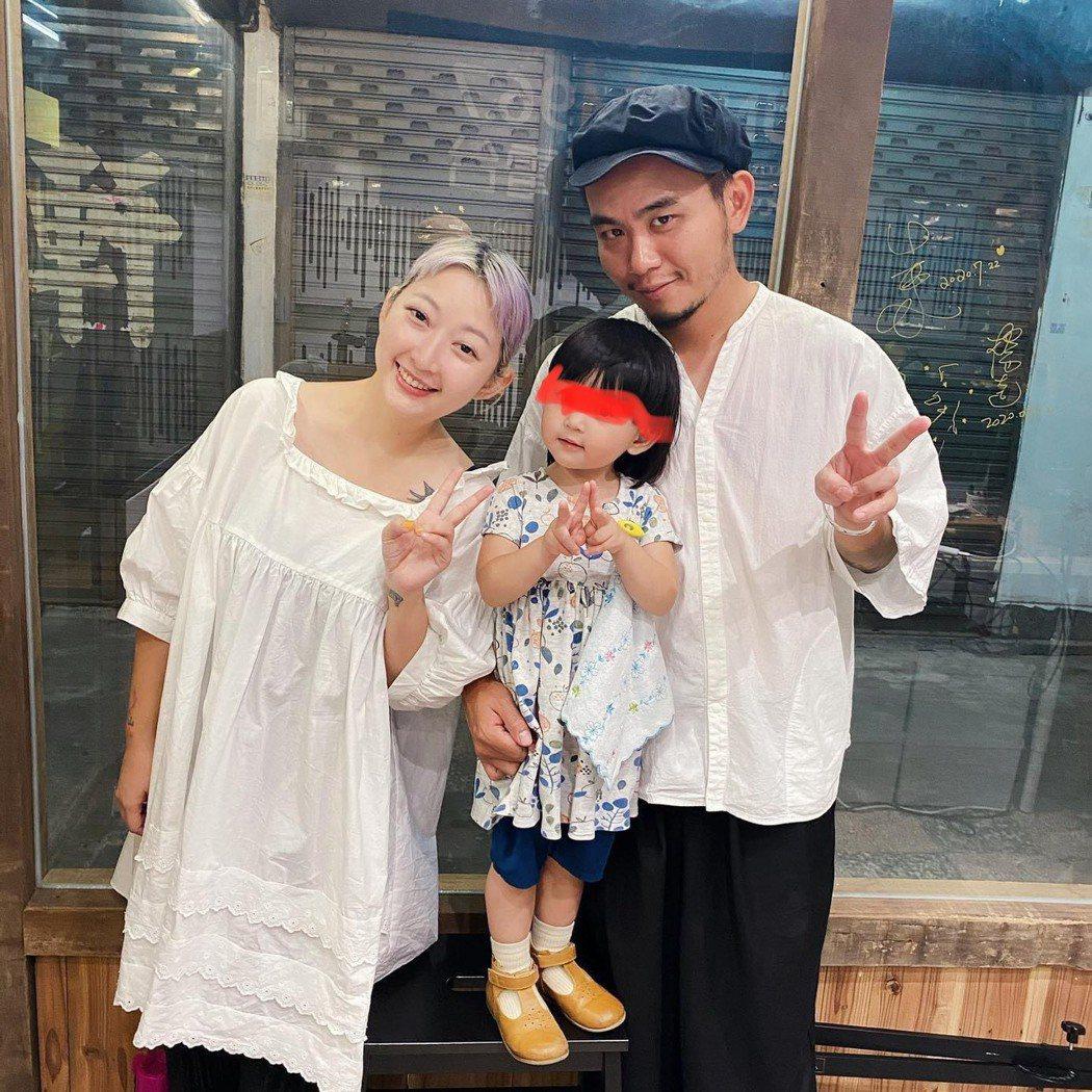 滅火器主唱楊大正的老婆山東趁37歲生日宣佈懷二胎。圖/摘自IG