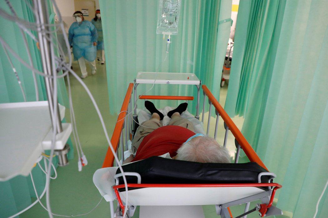 捷克醫療正不堪重負,圖為5日姆拉達博雷斯拉夫地區醫院急診室內新冠患者人滿為患的情...