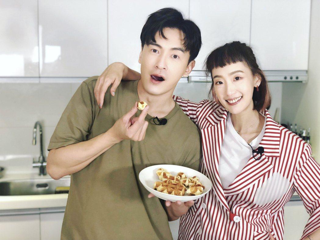陸明君(右)上鄭元暢「不專業廚房」節目,當年「薔薇姐弟」合體。圖/M.I.E.最