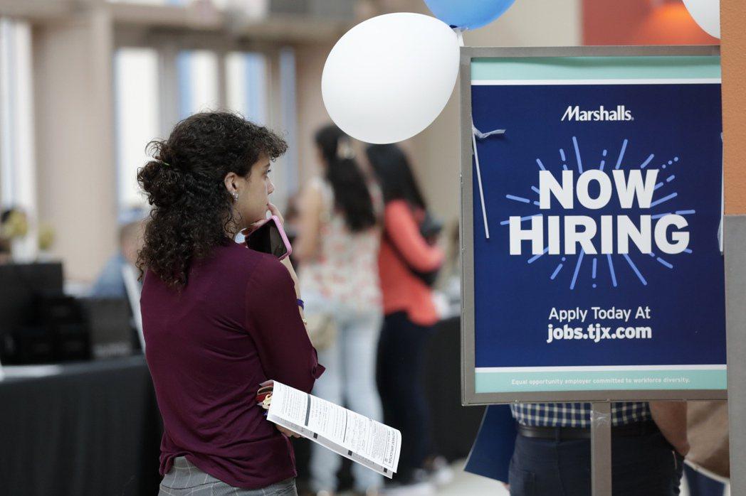 美國雇主2月增聘人數比預期多,失業率也下滑。(美聯社)