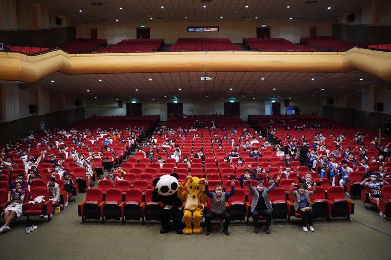 開幕式 空位多 因清華大學師生集體不出席辛丑梅竹賽開幕式,會場留下許多空位。圖/陽明交大攝影社提供