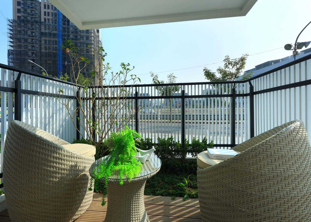 景觀陽台設計上採用俐落線條花台錯層設計,客廳大面開窗攬入綠意。