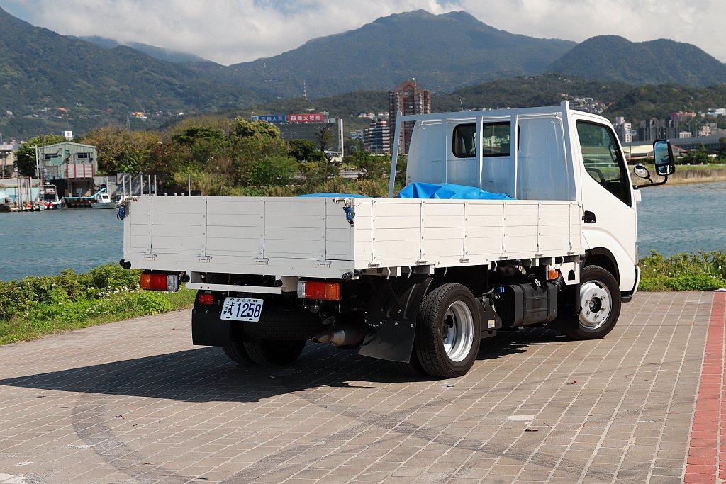 和泰汽車針對Hino 200系列除了提供底盤車之外,還直接販售安裝完畢的框式完成...