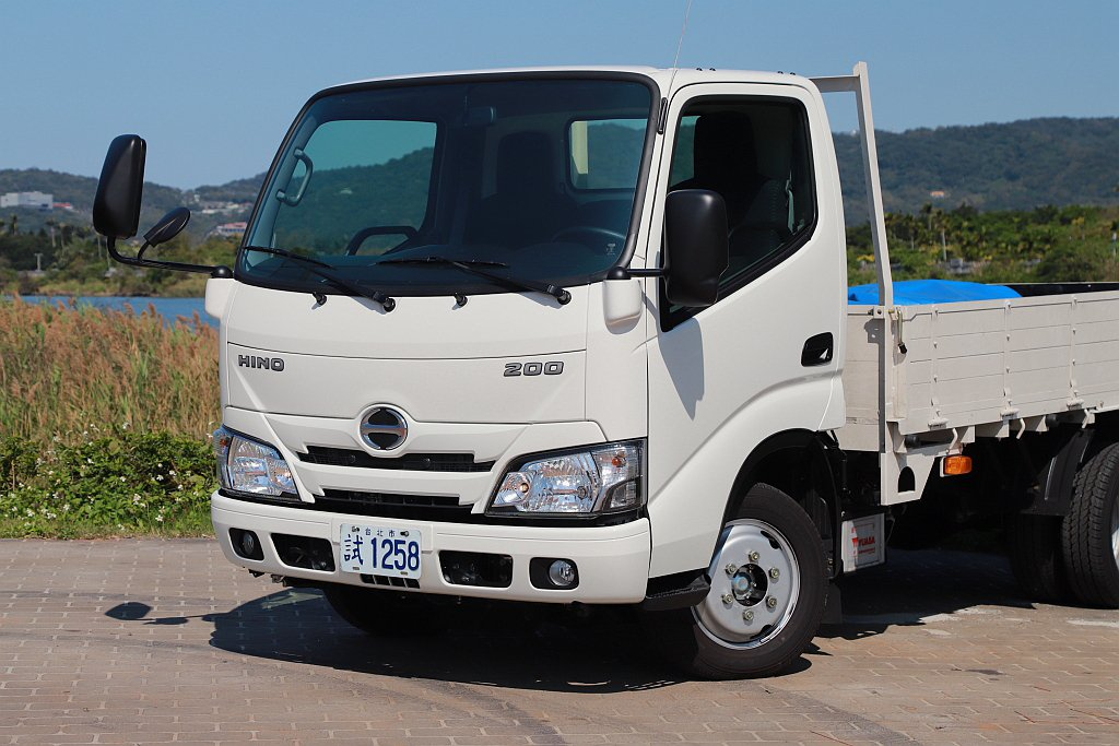 Hino 200是完全針對三噸半級距的用車定位下去打造,包括採用專屬設計的大梁結...