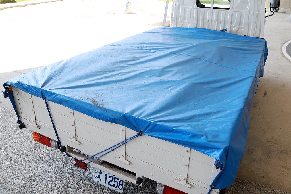 試駕當天,Hino 200系統貨斗配置Hino 300系列上的載重沙包,使車輛總...