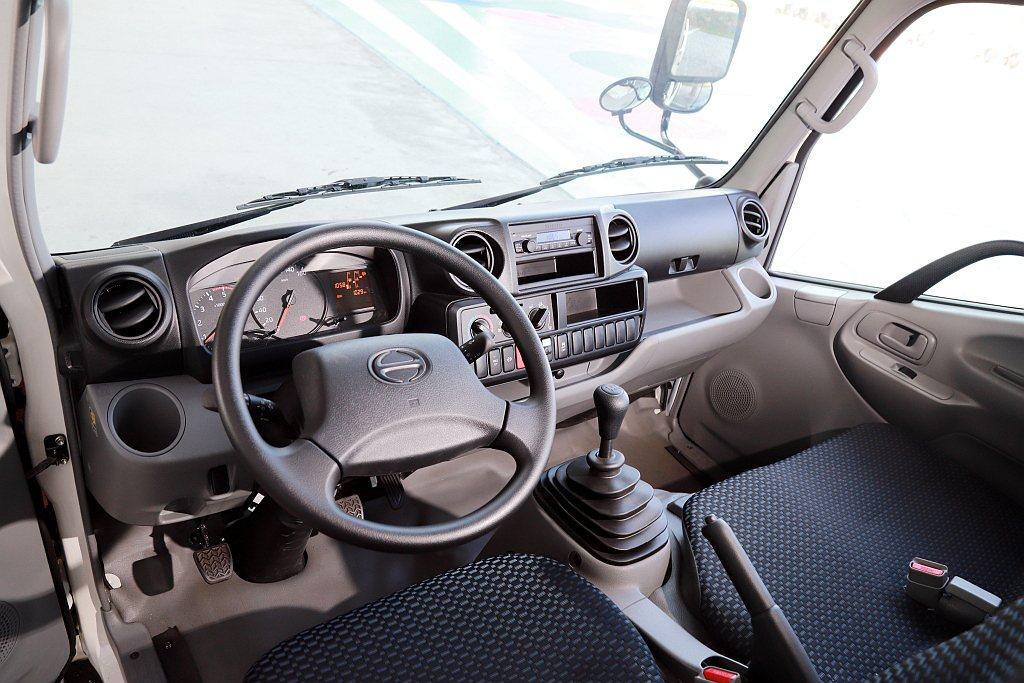 Hino 200系列內裝與Hino 300系列大致相同,以諸多開放式空間以及兩側...