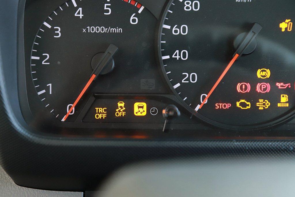 Hino 200系列的安全配備竟然比Hino 300系列還完善,將VSC車輛穩定...