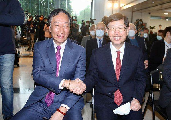 圖/鴻海創辦人郭台銘(左)交班劉揚偉(右)。 張智傑攝影