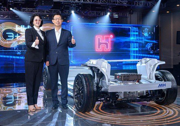 鴻海董事長劉揚偉(右)裕隆執行長嚴陳莉蓮(左)。 圖/鴻海提供