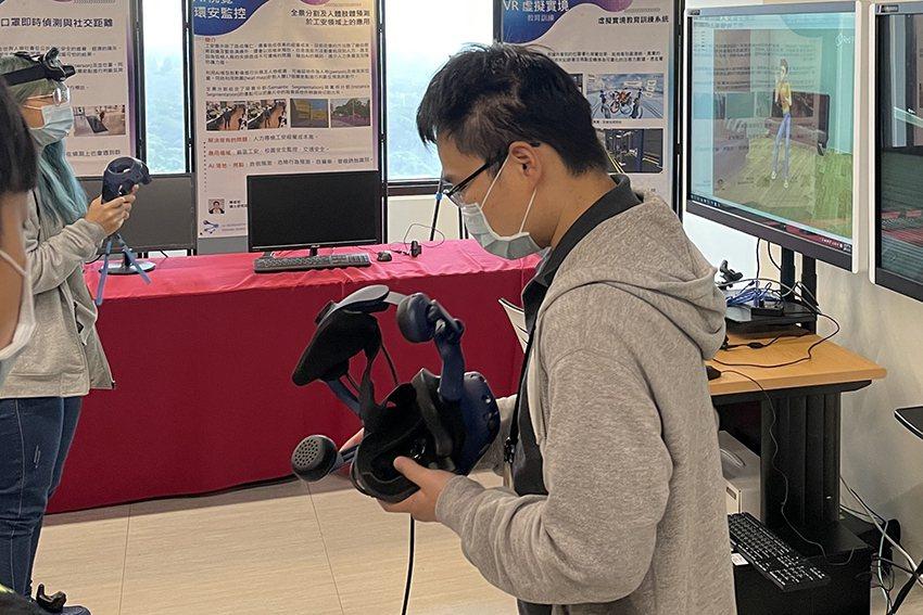長庚大學工學院辦理寒假高中生AI知識營,安排學員們體驗VR教學平台。 長庚大學/...