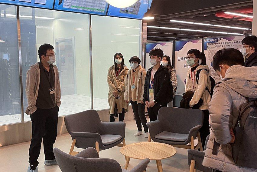 長庚大學AI研究中心中央機房擁有強大運算資源,提供全校AI教育與VR虛擬實境教學...