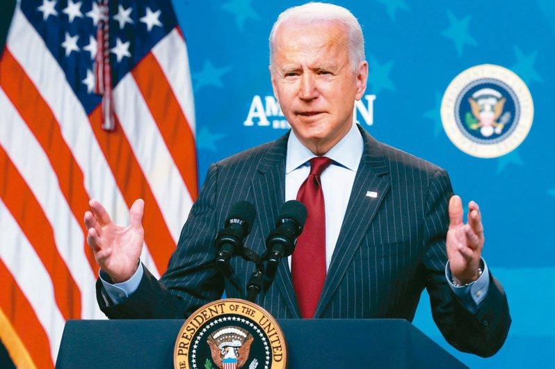 美國與歐盟今天同意暫緩就酒類、行李箱、農產品等貨物加徵關稅,象徵雙方貿易戰有意休兵。圖為美國總統拜登。路透