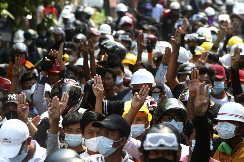 緬甸軍方在2月1日發動政變,成千上萬民眾上街抗議,卻多次遭到軍警以武力血腥鎮壓。 美聯社