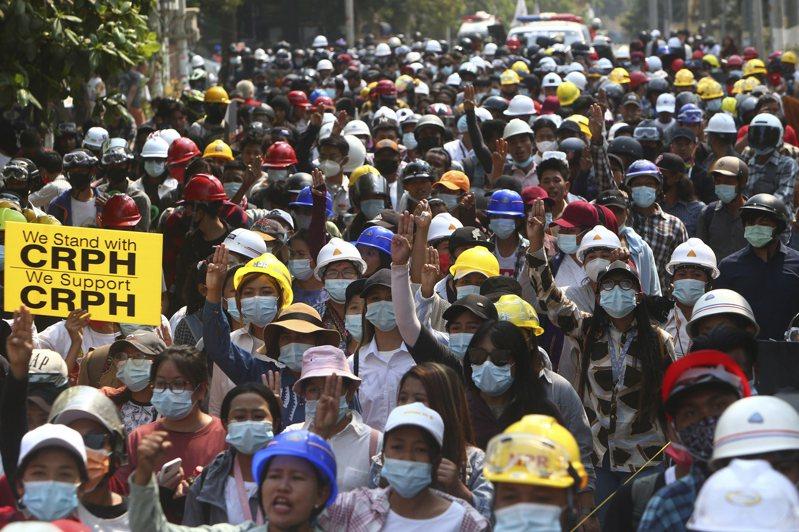 緬甸反政變示威陸續傳出多名示威者喪命,聯合國駐緬甸特使呼籲安全理事會聆聽緬甸「絕望的乞求」,立即對軍政府採取行動與恢復民主。 美聯社