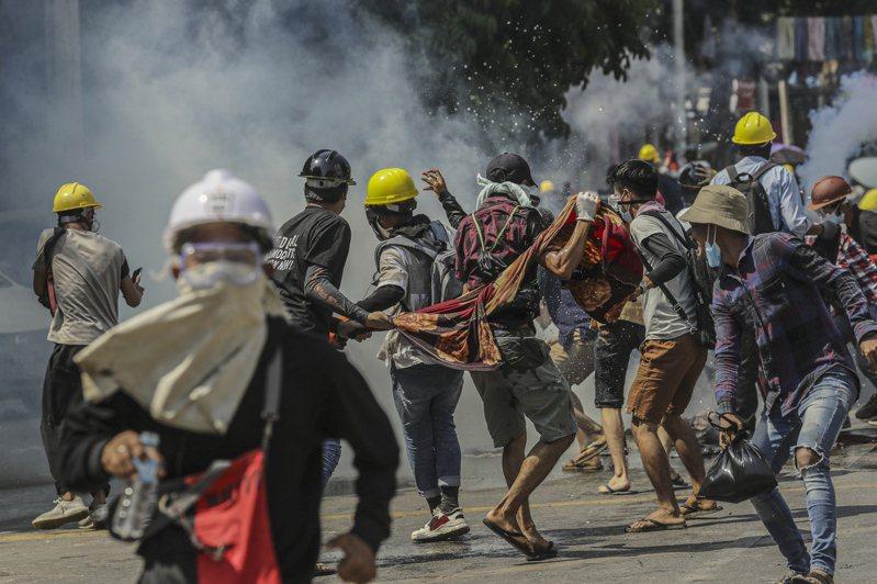 由於緬甸軍方鎮壓反政變示威群眾的行動日趨暴力,截至目前已釀成數十人死亡,近日約有30名緬甸警察和家屬越過邊界來到印度尋求庇護。 歐新社