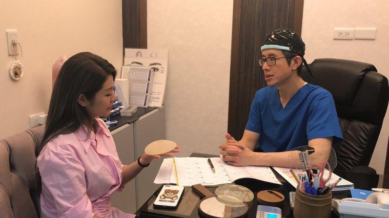 法喬醫美診所總院長邱浚彥(右)表示,早期隆乳用假體多是光滑面,跟人體組織不能結合...