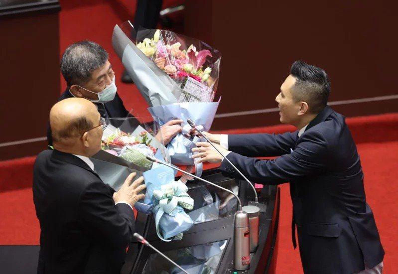 國民黨立委陳以信(右)昨天在立院送花給衛福部長陳時中(中)與行政院長蘇貞昌(左),對他們在防疫的辛苦付出表達感謝。記者林澔一/攝影