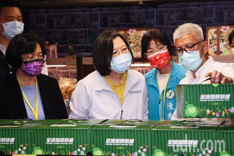 蔡英文總統(中)在彰化縣長王惠美(左)、台灣優格總經理吳睿麒(右)的陪同下訪視台灣優格餅乾學院,聽取產品製作簡介。記者黃仲裕/攝影