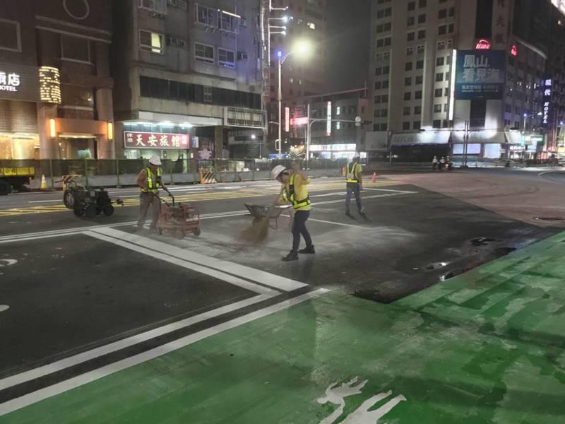 高雄市站西路8日要開通,工程單位昨天連夜改站西路、九如路上的機車待轉區和槽化線 。圖/翻攝林欽榮臉書
