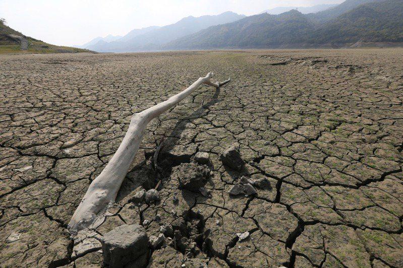 台灣面臨半世紀以來最嚴峻的旱象,無計可施的蔡政府官員把腦筋動到神明身上,懇求大甲媽天降甘霖。圖為曾文水庫乾到見底。圖/聯合報系資料照片