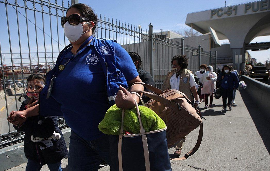 國際移民組織工作人員4日護送移民從墨西哥進入美國。消息人士向爆料指出,美國邊防執...