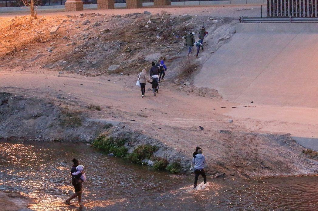 墨西哥民眾4日目擊移民跨過布拉沃河(Rio Bravo River),準備向美國...