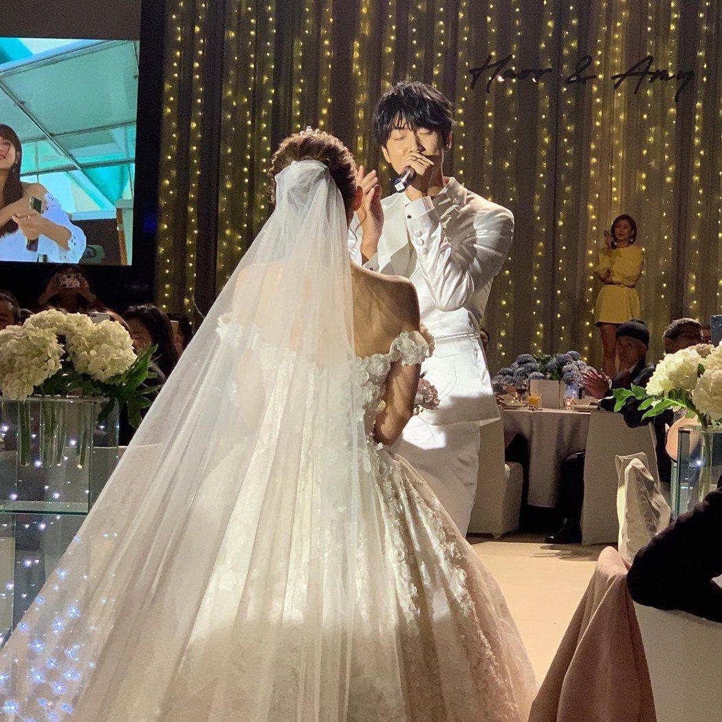許書豪今天終於如願舉辦婚禮宴客,現場深情對老婆獻唱求婚曲。圖/摘自臉書