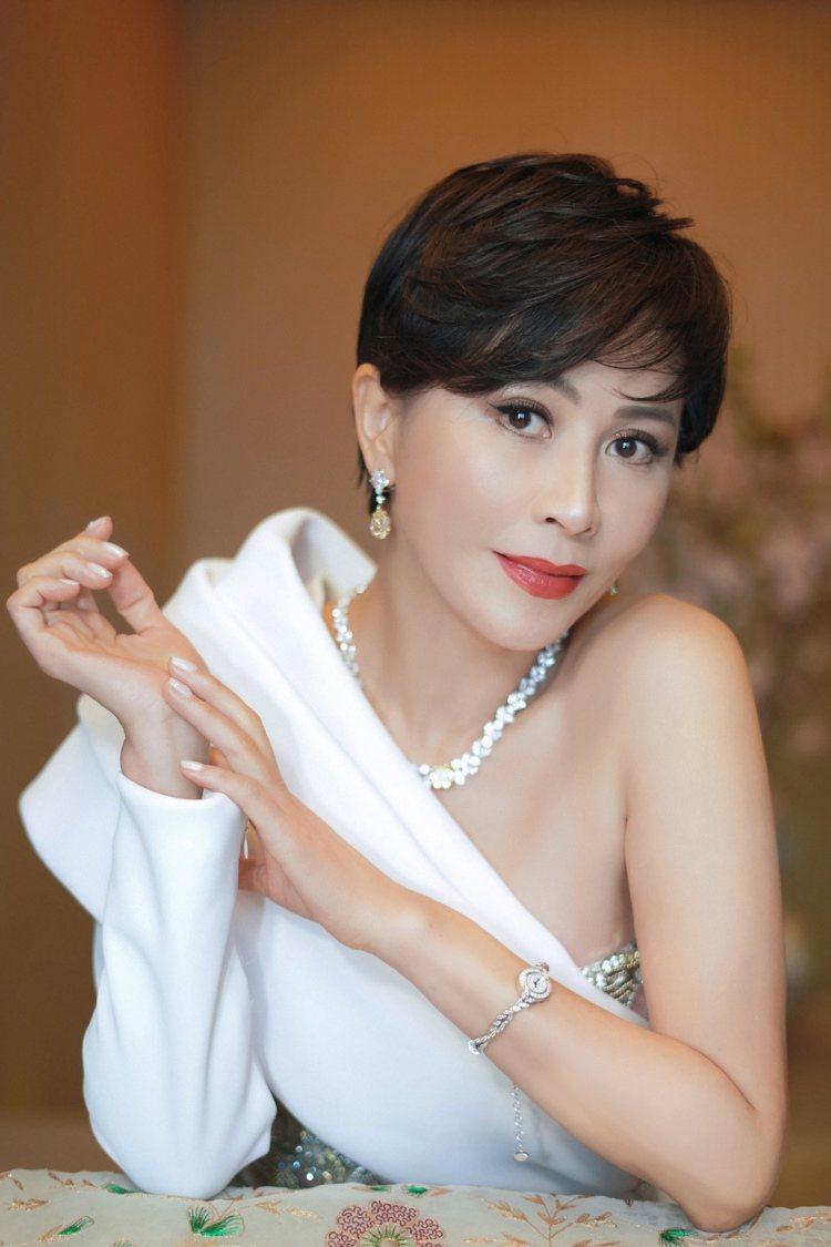 白色高貴、不對稱的削肩洋裝小露性感,劉嘉玲再以海瑞溫斯頓頂級珠寶展現難以忽視的自...