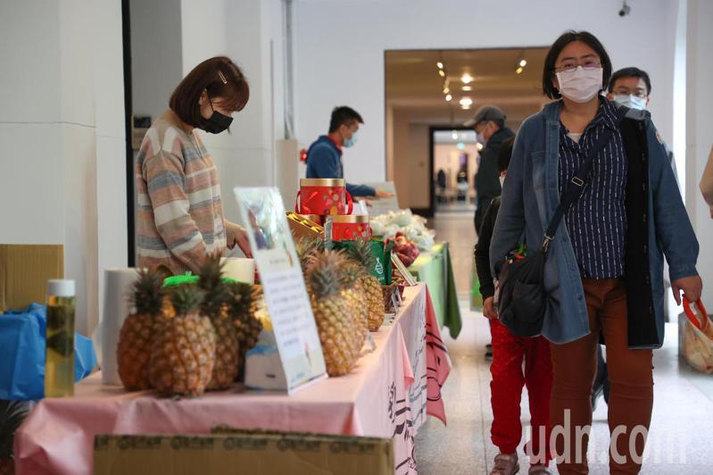 中國禁止台灣鳳梨進口,為搶救鳳梨銷量總統府今日上午8時至下午4時,在府內一樓迴廊擺設鳳梨攤位,讓參觀總統府的民眾可以參觀選購。記者葉信菉/攝影