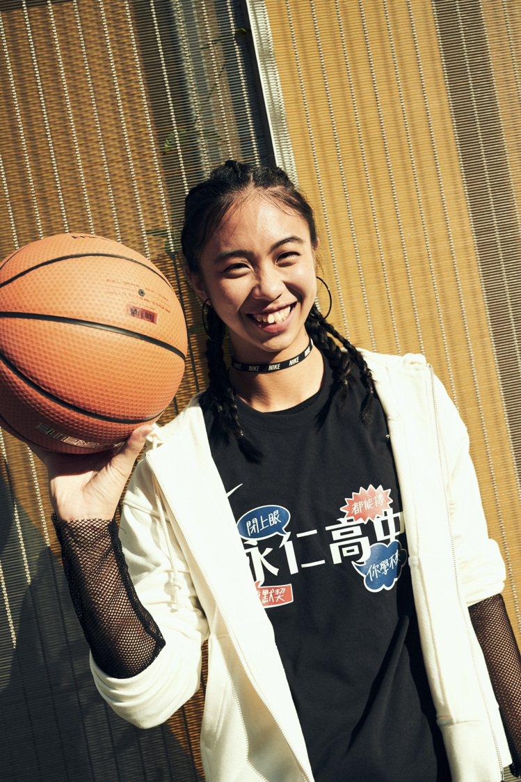 菁英球員永仁高中王禹雯演繹Nike「HBL應援T恤」系列。圖/Nike提供