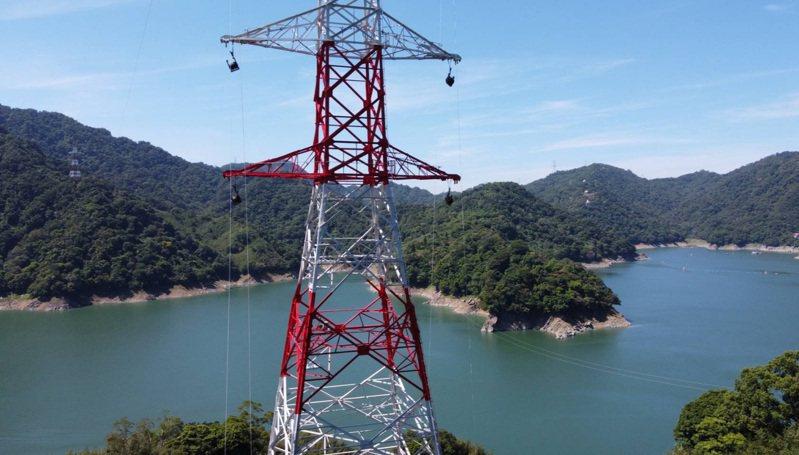 台電板橋~龍潭「超一路」最長一段架空線路在石門水庫,跨距達960公尺是國內創舉。圖/台電提供