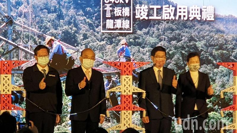 蘇貞昌(左2)說明水利會改制前就有和宮廟辦祈福活動的情形。 記者鄭國樑/攝影