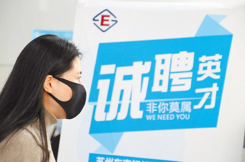 調查顯示,有54.2%的受訪女性表示有容貌焦慮。圖/新華社資料照片
