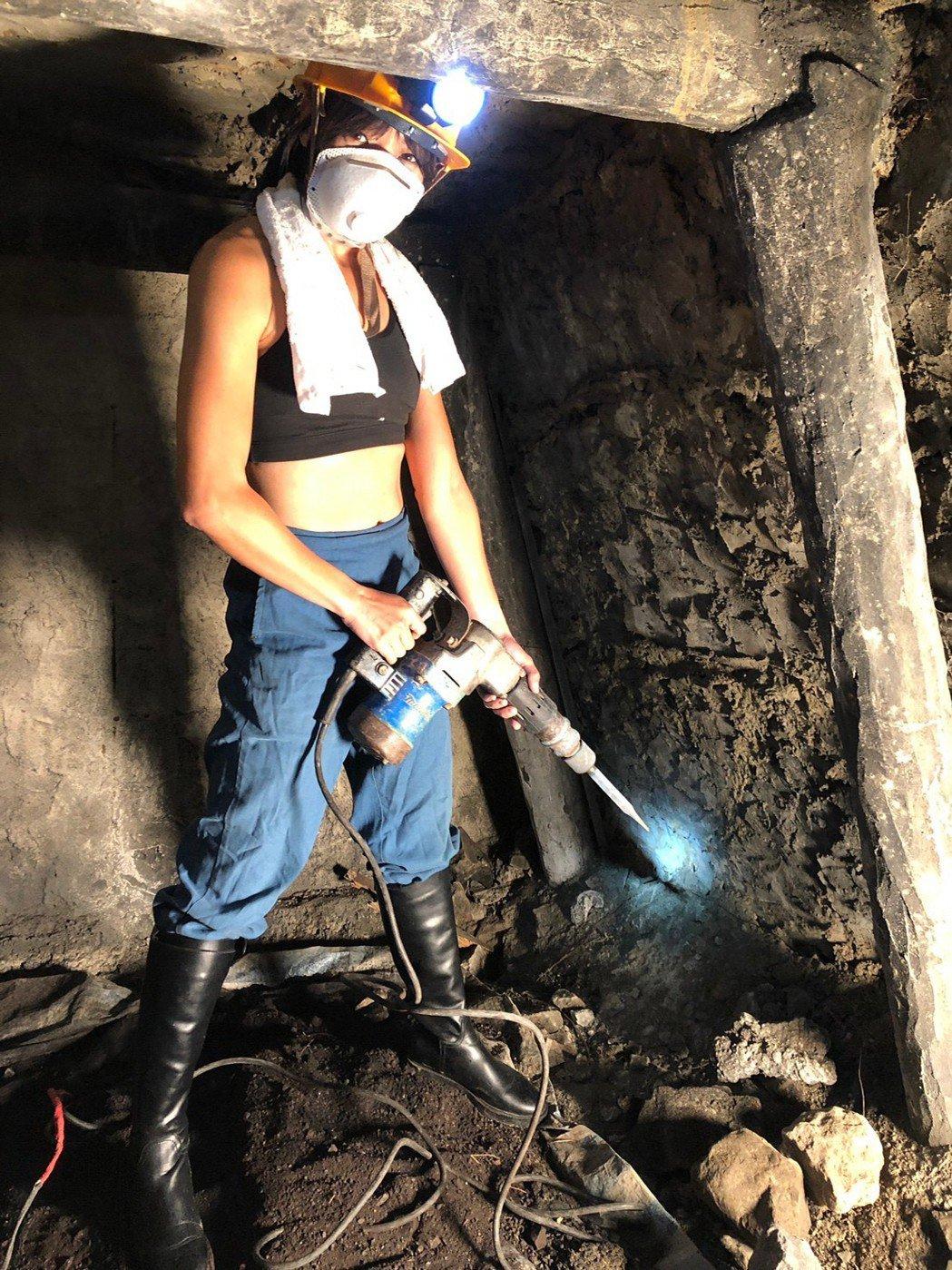 段慧琳全付武裝體驗礦工。圖/民視提供