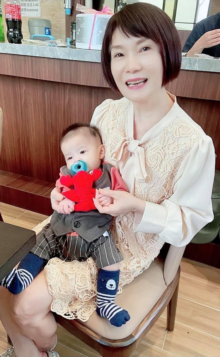 陳瓊美抱著金孫好滿足。圖/摘自臉書
