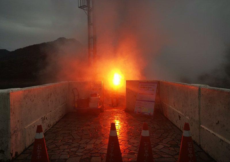 北水局傍晚在石門水庫集水區放焰劑人工增雨。圖/北區水資源局提供