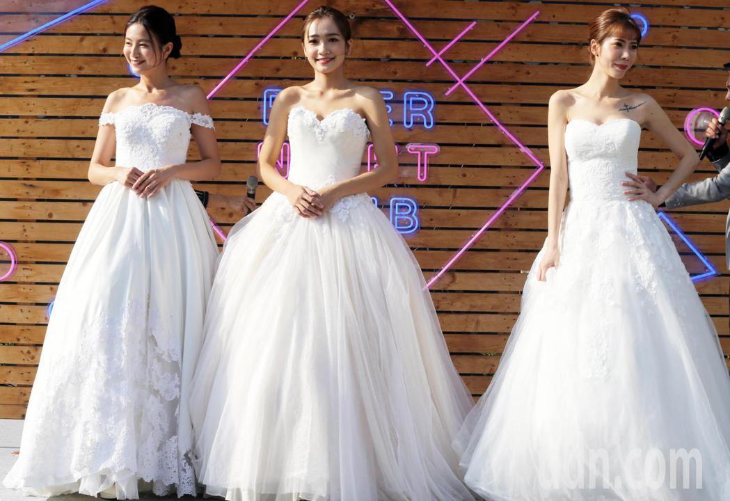 位於高雄愛河畔的一處建設公司預售案,今天請來代言人楊謹華出席活動,還舉辦一元婚紗...