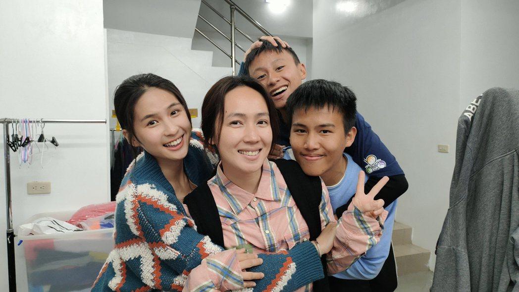 AKB48 Team TP 女團成員林亭莉(左起)、小薰與戲中兒子張祖鈞、陳宇拍
