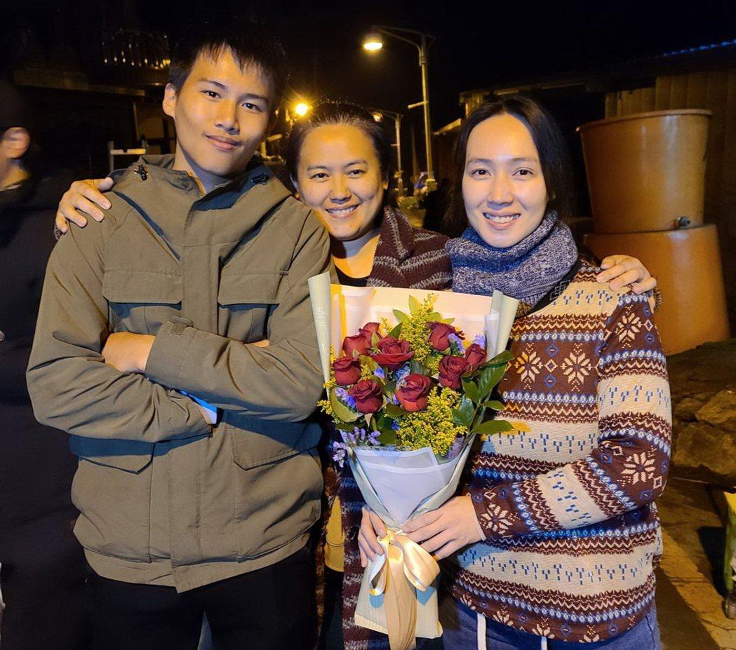 陳宇(左起)、導演陳潔瑤以及小薰三人繼「只要我長大」再度合作電影「哈勇他們家」,...