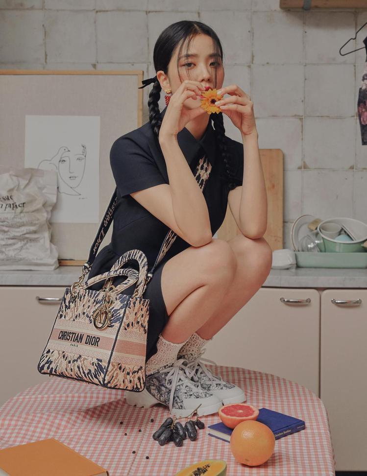 去年12月DIOR即曾邀請Jisoo拍攝Lady Dior大片。圖/DIOR提供