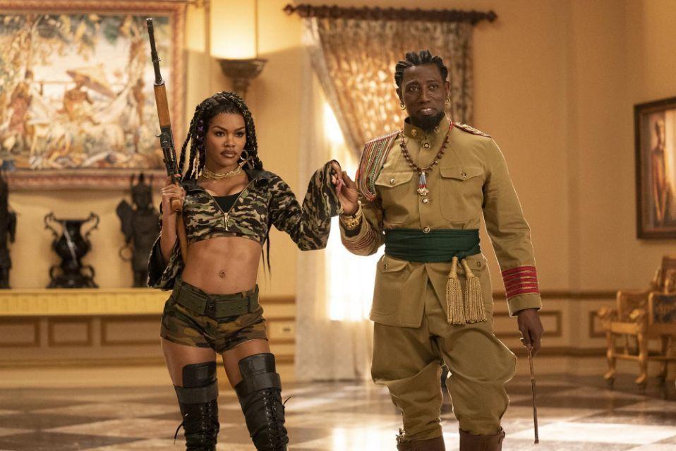 衛斯理史奈普(右)演想透過嫁女兒奪權的將軍。圖/摘自slashfilm