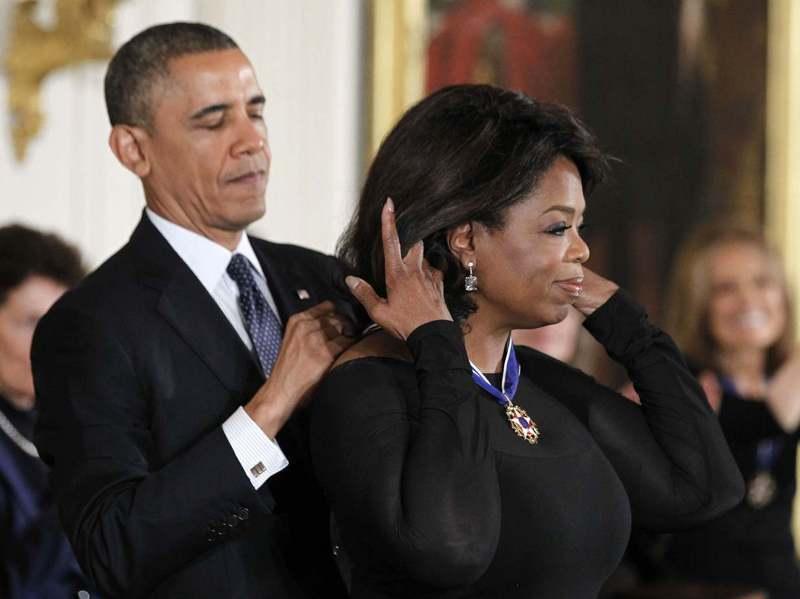 2013年歐普拉(右)獲頒「總統自由勳章」,由歐巴馬授獎。路透