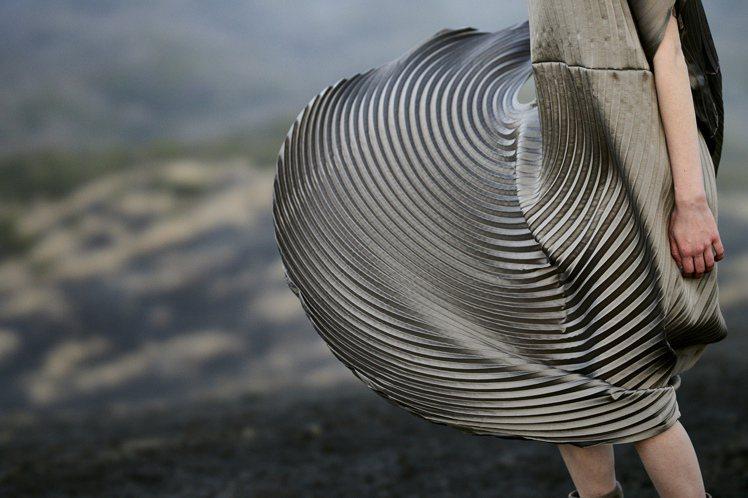 Monochrome Planet手工壓褶,以圓形的輪廓呈現服裝特色。圖/ISS...