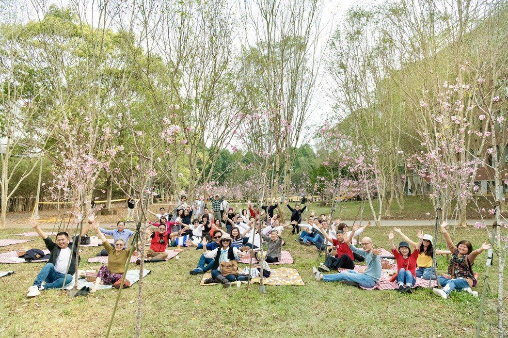 暨南大學EMBA境外總裁班校友會回到學校舉辦「重回18歲的總裁」野餐會。記者宋健...