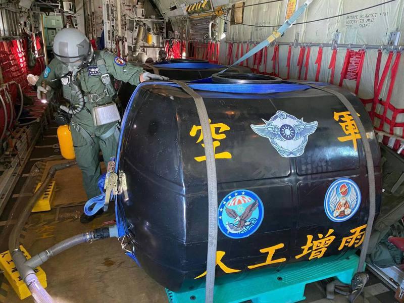 空軍第六聯隊今天派遣任務機組,在石門、寶二水庫執行空中人工增雨作業。圖/取自中華民國空軍臉書
