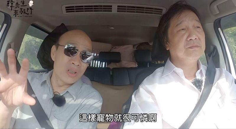 高雄市前市長韓國瑜(左)今天的「韓先生來敲門」造訪載送流浪動物21年的新北市寵物計程車司機尤河清。圖/翻攝「韓先生來敲門」